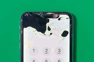 iPhoneXRを落として液晶が黒くにじんでしまった
