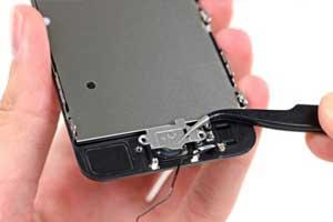 iPhoneのホームボタンの修理風景