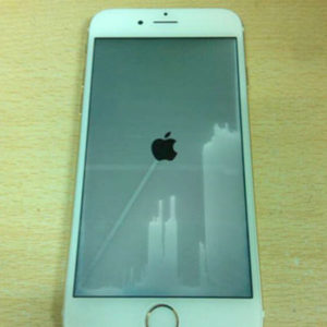 iPhoneが水没して画面に水が入ったのが見える!